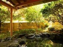 木々の和らぎ風を感じながらゆったりと湯浴みをお楽しみください