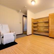 *脱衣処/清潔を心掛けた脱衣スペース。湯上りにマッサージチェアもご利用いただけます。