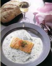 天然酵母の自家製パンが魚料理に添えられる。