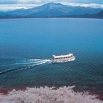 ■桜と遊覧船の田沢湖