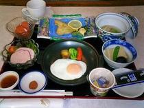 朝食例 【ソールムニエル、ロールキャベツ、筑波卵、高野豆腐、ハムサラダ、アーリーレッド】