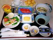 朝食例 【鰆味醂漬、牡蠣温豆腐、地野菜、フルーツ、他】
