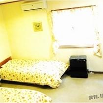 トリプルベットルーム:テレビ・枕・手縫いベットカバー・カーテン・シーツ新品交換、室内と設備は清潔除菌