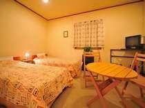 ツインベットルーム:テレビ・枕・手縫いベットカバー・カーテン・シーツ新品交換済、室内と設備は清潔除菌