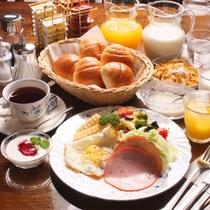 アメリカンスタイルの朝食(一例)ほかほかパンとホームメイドヨーグルトが人気ですv^-゜