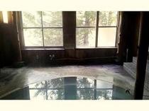温泉写真2 天然温泉掛け流し 濁り具合は日や温度によって変わります。