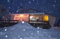 粉雪の夜景外観