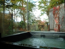 紅葉の貸切麦飯石お風呂