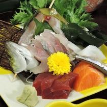 *夕食一例:漁師から直仕入れしている新鮮な魚を使っています