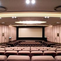 ホテルから直通。約1400席の映画館