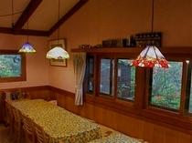 食堂のステンドグラスのランプ
