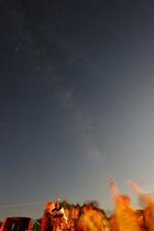 あ!流れ星みっけ!頭上には天の川。