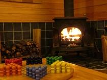 暖炉の炎が揺れるプレイルーム