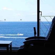 窓越しからかすかに聴こえる波しぶきの音に耳を傾けながら、ただぼんやりと時を過ごすのもオススメ♪