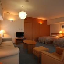 *デラックス洋室(客室一例)/ひと際開放感あるお部屋。山岳リゾートならではの落ち着いた雰囲気。