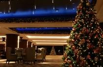 クリスマスシーズンのホテルフロント・ロビー回りのクリスマスツリーデコレーション(イメージ)