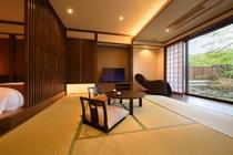 半露天風呂付客室の主室【マッサージ機と加湿機能付空気清浄機を完備】