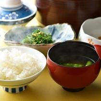 〈朝ごはん〉地元産コシヒカリに女将仕込みのお味噌汁♪