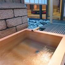 【茶寮露天風呂付客室:飯豊】長方形のヒノキ風呂が特徴の飯豊。