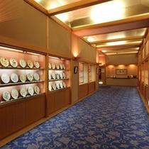 館内にある各界の著名な方々の作品を展示した楽焼ギャラリー