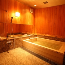 【貴賓室内風呂】専用の檜風呂を完備。ゆったりとしたひと時を…(※温泉ではありません)