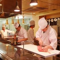 【古窯の職人①】お客様の心と体にまっすぐに届く、風味豊かなお料理でおもてなしします。