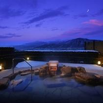 【8階露天風呂-冬-】冬(夕刻)の展望露天風呂。冬の名峰・蔵王を遥かに望む。(※男女入替制)