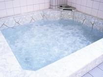 遊んだ後は、大浴場で疲れを癒してください!ジャグジーバスになっています