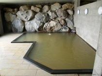 茶褐色のお湯は炭酸水素塩泉で、薬効にも優れている若栗温泉