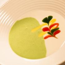 【ご夕食一例】スープにはその時期の旬食材を使用します。