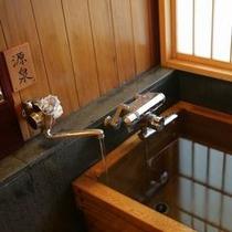 【お部屋の檜風呂】 *AタイプとXタイプのお部屋の檜風呂では、源泉をご利用頂けます。
