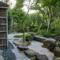 【中庭】 *縁側から庭園を眺め、大事な方との語らいのひとときを。