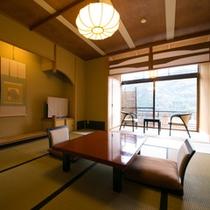 【お部屋:Dタイプ】 *10帖一間の純和風の造りの和室。 檜風呂の内湯着き客室です。