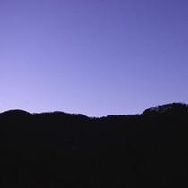 """【露天風呂】 *薄暮の時間帯に美しさが際立つ、露天風呂から望む""""山並みの稜線""""をお楽しみください!"""