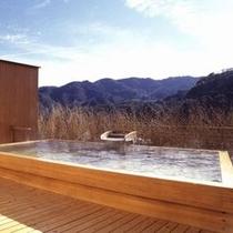 【屋上露天風呂:一例】 *お風呂に入りながら、鞍掛山、大観山などの山並みの眺望をお楽しみ頂けます!