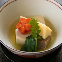 【煮物一例】 *野菜の炊き寄せ。温かいものは温かなうちに、冷たいものは冷たいままのおいしさを。