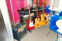 ハワイアンレゲエ、ヒップホップ、ロックムードあり、エレキギター、生ギターあり。