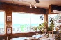 海のながめ最高のハワイアン風レストラン。徒歩約13分。