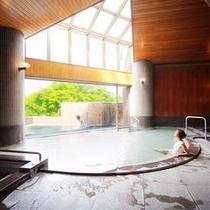 大浴場の向こうには露天風呂が続いています。
