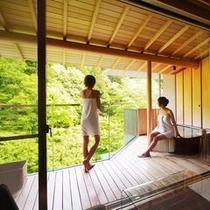 お部屋の露天風呂から庭園も臨めます。