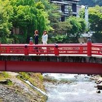 渡月橋から川の流れを臨む。