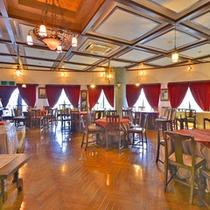 *【食事会場】オレンジ色の優しい明りがともる、西欧の雰囲気に包まれた空間でお食事をどうぞ。