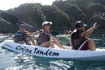 オープンデッキの二人用のカヌーで夏の海で遊びましょう