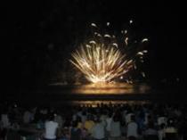 毎年8月8日夜8時より弓ヶ浜海岸で花火大会があります。砂浜に座って見てます。