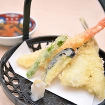 *お夕食一例(別注:天ぷら) / 季節のお野菜や肴を天ぷらで。素材の甘さが引き立ちます。