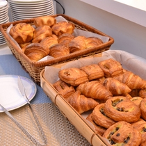 *ご朝食一例/香ばしい薫りが食欲をそそる。焼き立てのパンはいかがですか?