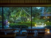夜間ライトアップされたお庭を眺めるロビーではジャズが流れてゆったりとした時間を過ごせます。