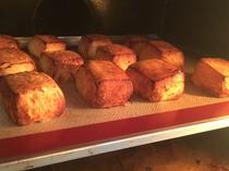見澤シェフ特製レシピのフレンチトーストは目の前で順次焼き上げるので出来立てふわっふわです。