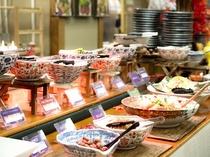 毎朝約60種類のお惣菜が並びます。母ちゃんの味をぜひお楽しみください。