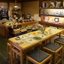 楽焼処「楽々庵」数々の美術品などを展示しております